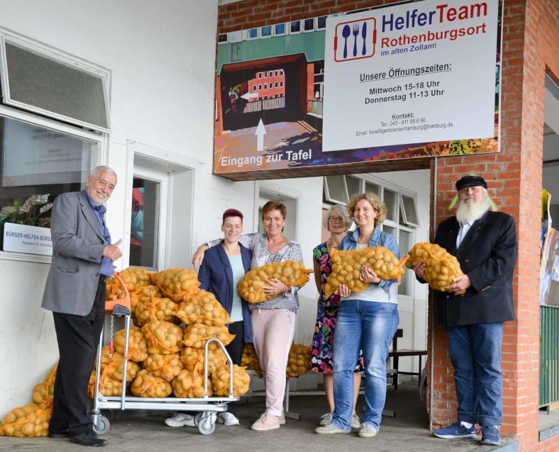 Jens-Peter Hillers bei der Übergabe der Kartoffeln an Bernd P. Holst vom HelferTeam Rothenburgsort
